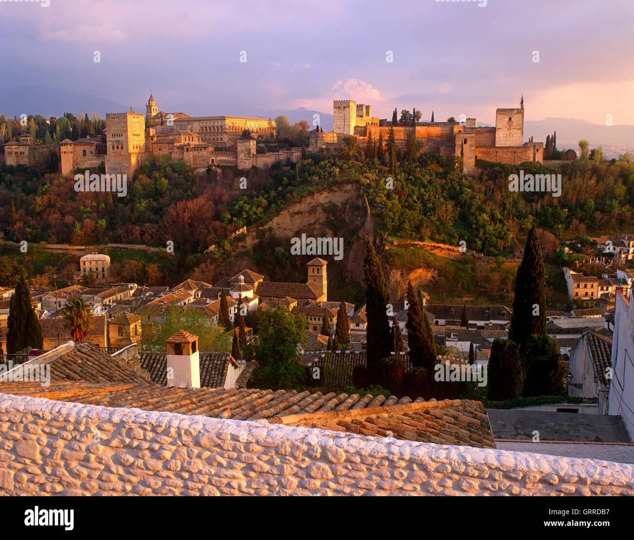 Al atardecer del Palacio de la Alhambra, Granada, Andalucía, España. Imagen De Stock