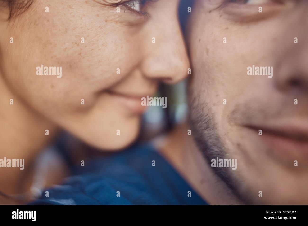 Imagen cercana de amorosa pareja romántica en vacaciones a divertirse y disfrutar del tiempo Imagen De Stock
