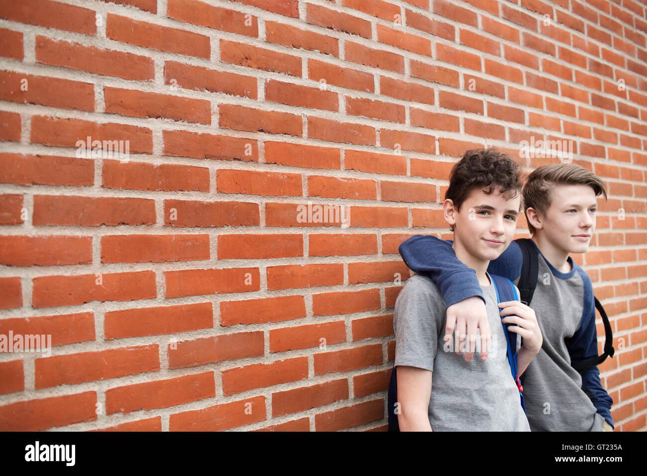 Los colegiales (12-13) en la parte delantera del edificio Foto de stock