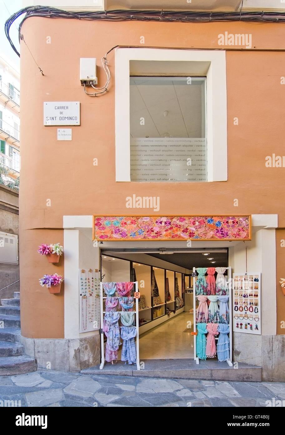 2eb8343dfe37 Flowery fashion store front en Carrer Sant Domingo con pañuelos y joyas en  exposición en Palma de Mallorca