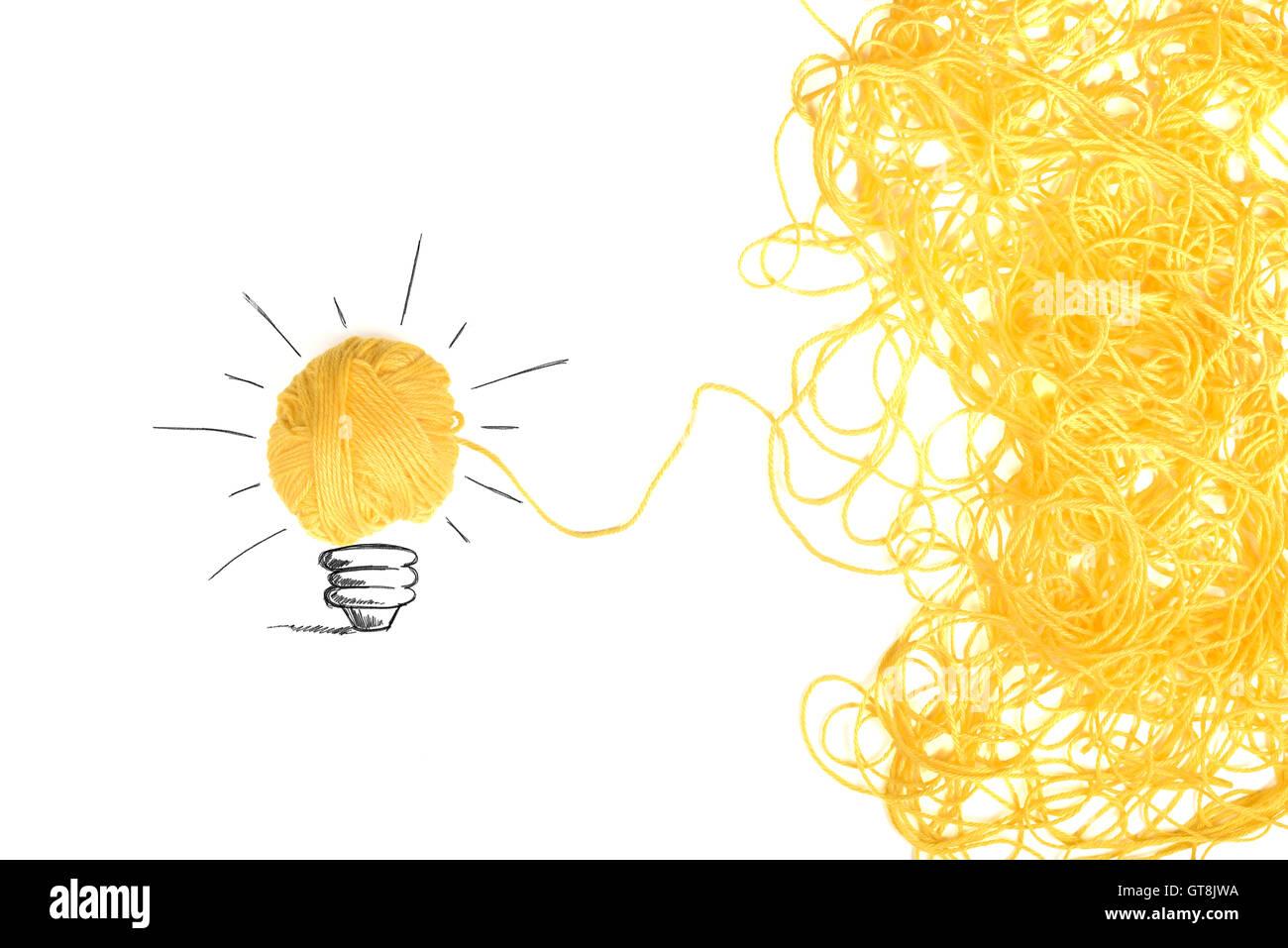 La idea y el concepto de innovación con ovillo de lana Imagen De Stock