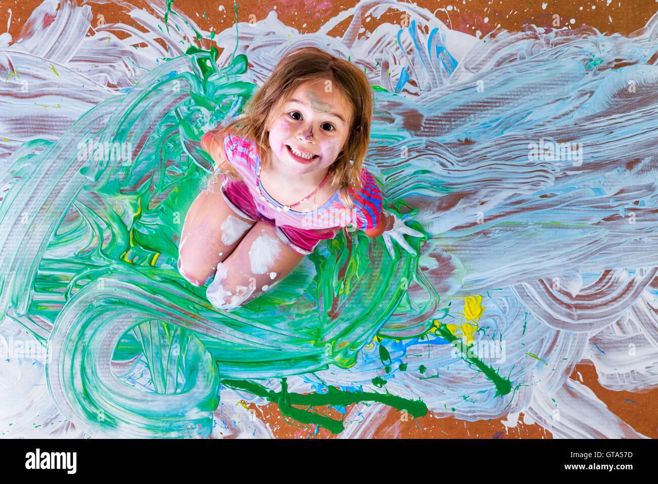 Salpicado De Pintura Creativa Niña Divirtiéndose Con Pinta De