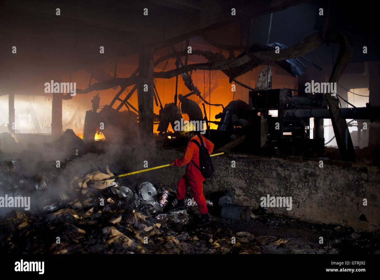 """Dhaka, Dhaka, Bangladesh. 10 Sep, 2016. Septiembre 10, 2016 Tongi, Bangladesh Bangladesh"""" '' Los bomberos tratan de apagar las llamas tras una explosión hizo una fábrica en Tongi. Funcionario dijo que al menos 23 personas murieron y 70 resultaron heridos en una explosión de la caldera que provocó incendio en una fábrica de embalaje de ropa en Tongi cerca de Gazipur. Crédito: K M Asad/Zuma alambre/Alamy Live News Foto de stock"""