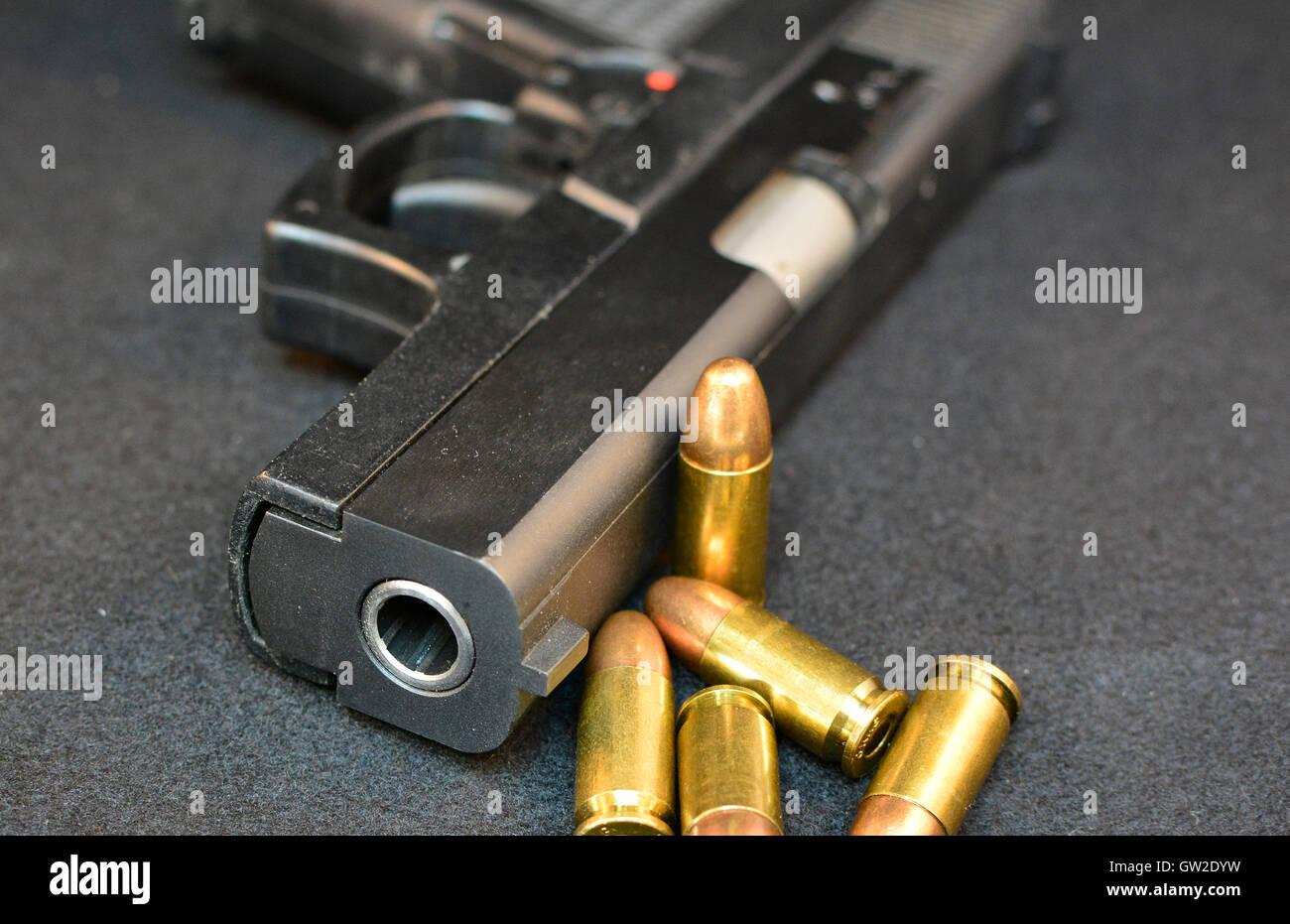 Pistola con balas. La delincuencia violenta, pistola de asalto. Disparar. El uso de armas. Imagen De Stock