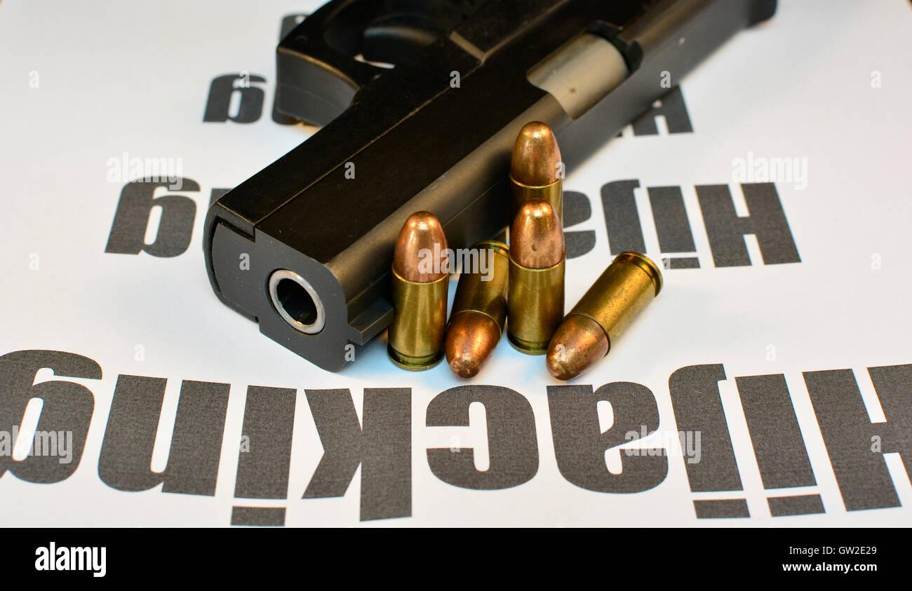 El delito de secuestro y robo de vehículos concepto. Pistola con balas de pistola, crimen violento asalto. Imagen De Stock