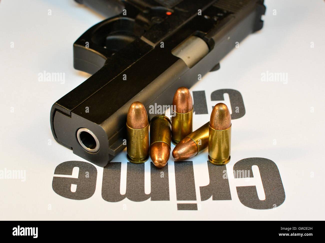 Concepto del delito. Pistola con balas de pistola, crimen violento asalto. Disparar. Imagen De Stock