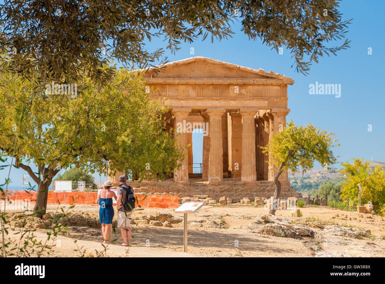 Vista frontal del templo griego de concordia en el valle de los templos de Agrigento (Sicilia). Imagen De Stock