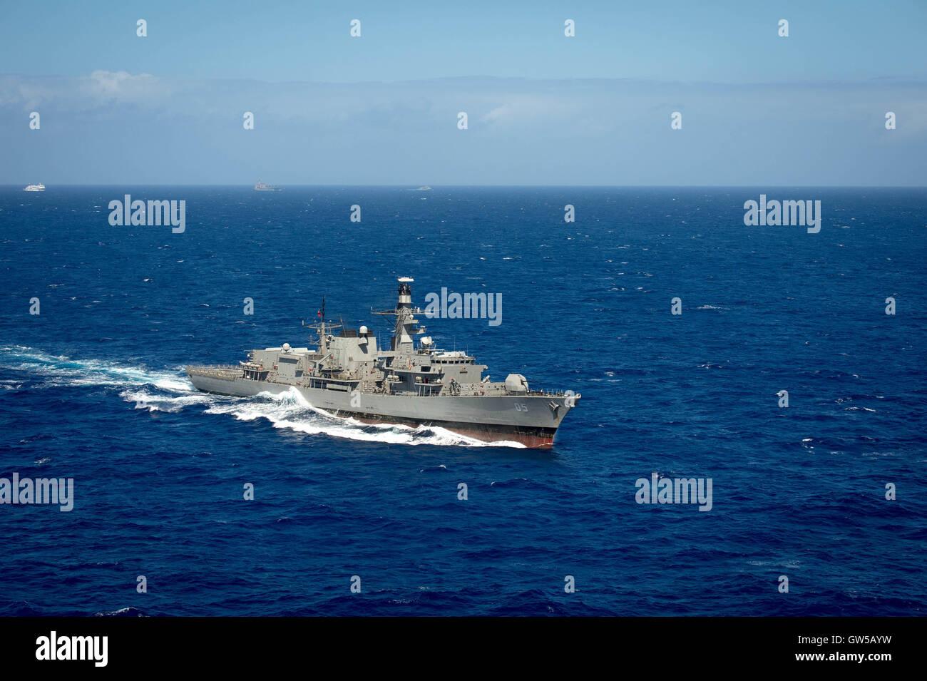 La Armada chilena CNS fragata Almirante Cochrane se vaporiza en estrecha formación durante el ejercicio de la Pacific Foto de stock