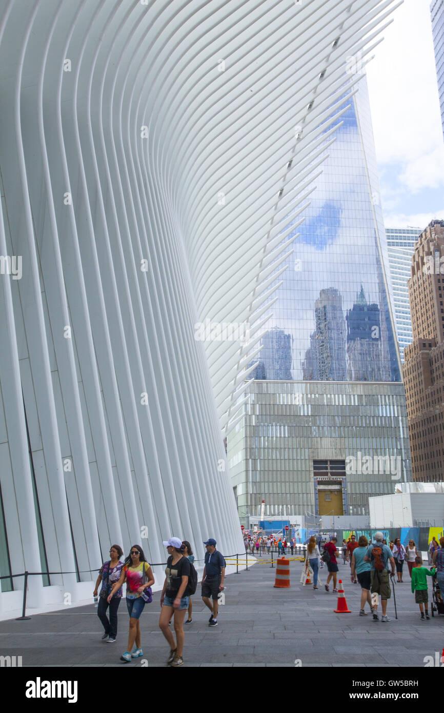 La gente camina por el nuevo Oculus Mall en el World Trade Center en el Bajo Manhattan. Foto de stock