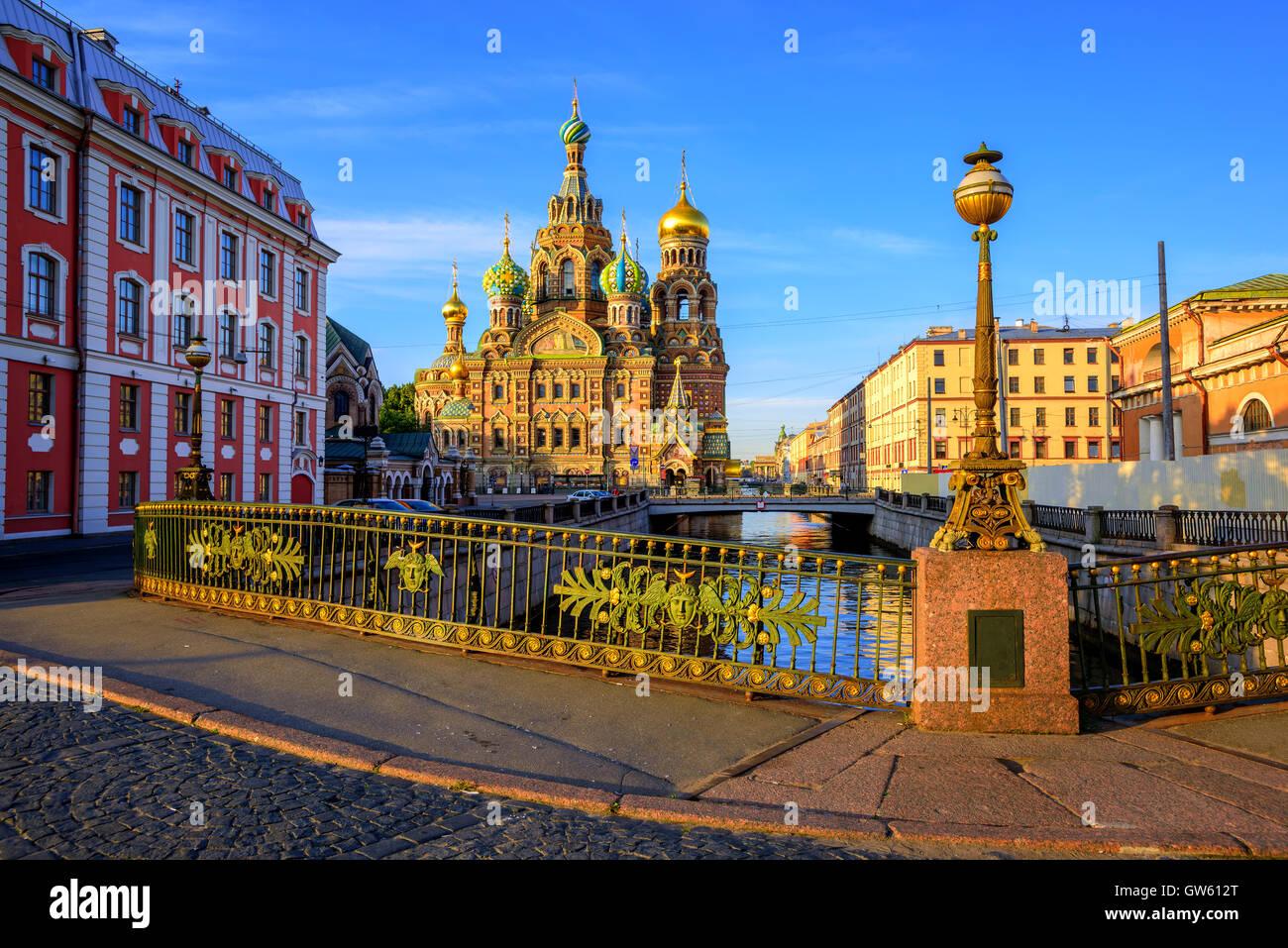 La Iglesia del Salvador sobre la sangre derramada sobre el canal Griboyedov en la luz de la mañana, en San Imagen De Stock