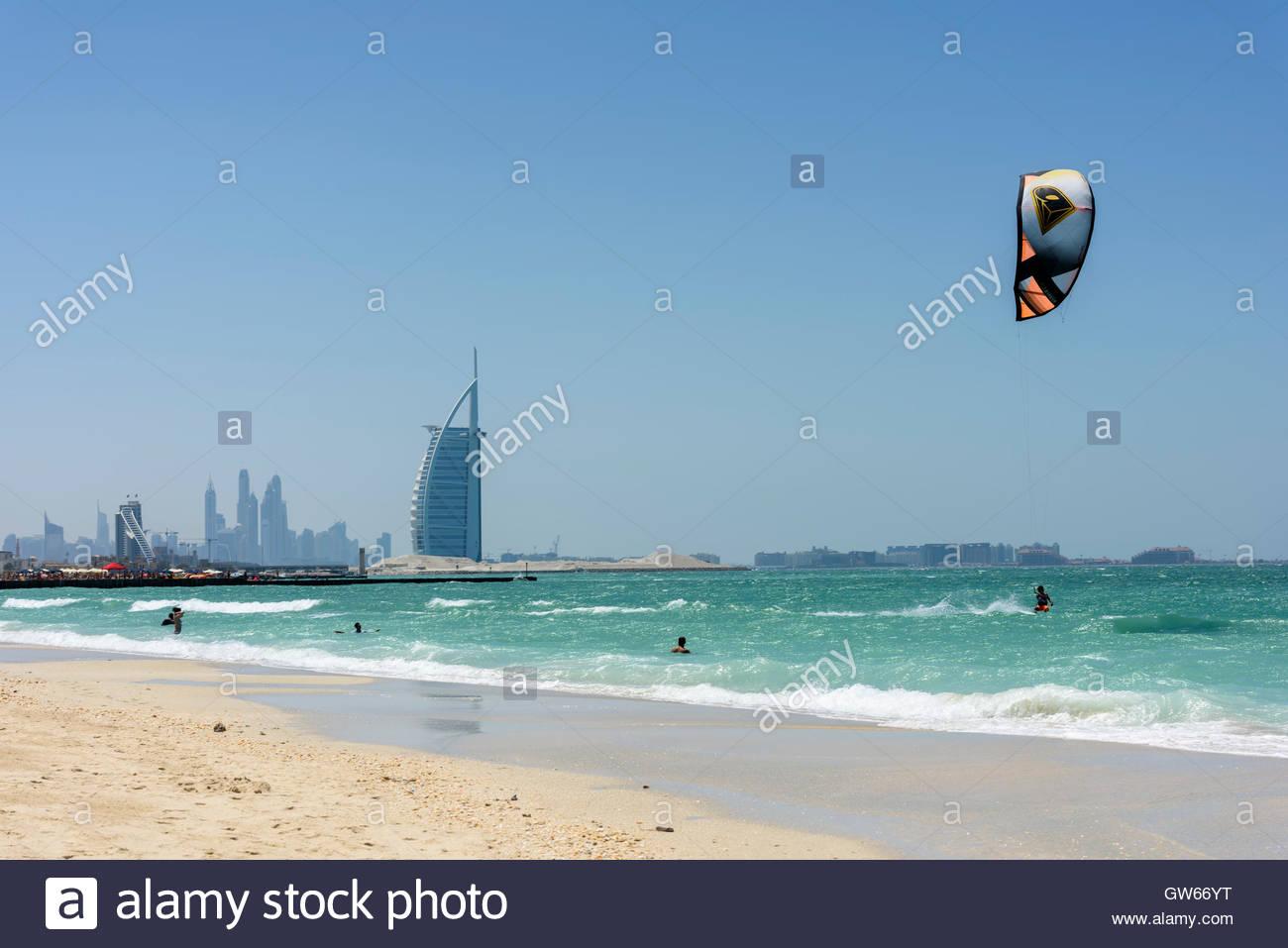 Kite Surf en Dubai con el famoso Burj Al Arab hotel en segundo plano. Ningún modelo/lanzamientos inmobiliarios. Foto de stock