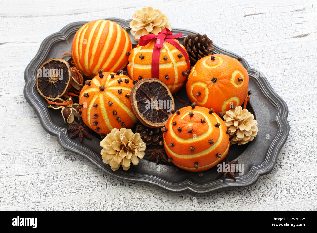 Spiced orange pomander bolas, perfumada navidad decoración de la mesa Imagen De Stock