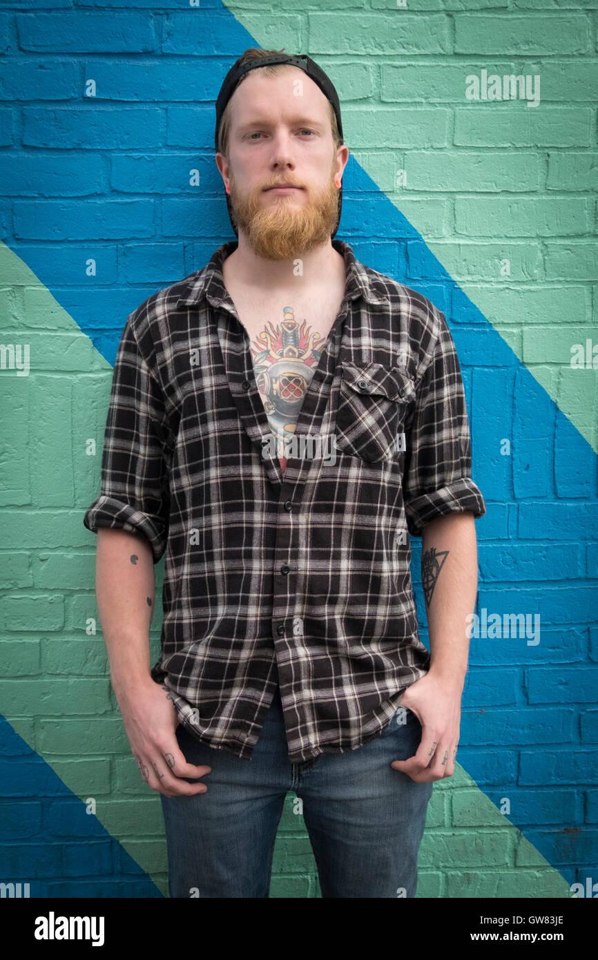 Macho joven hipster con tatuaje 24d2edb05db