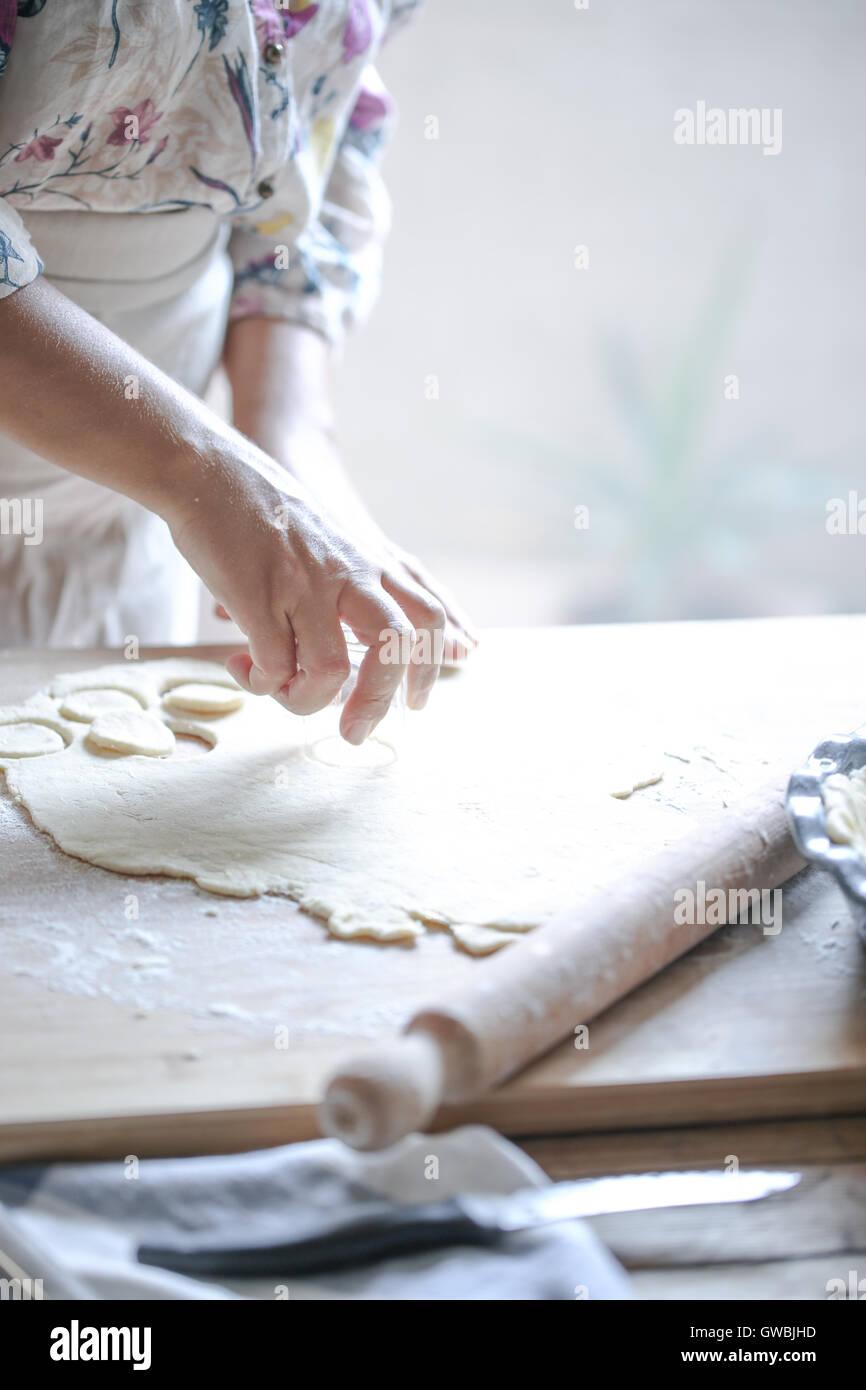 Manos de pastelería de corte para una tarta Imagen De Stock