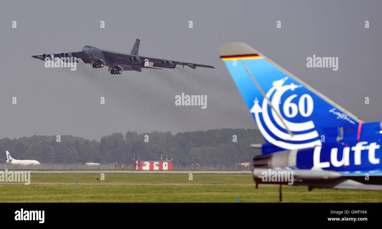 Mosnov, República Checa. 13 Sep, 2016. Estados Unidos bombarderos estratégicos B-52 Stratofortress (foto) aterriza en el aeropuerto Mosnov, República Checa, 13 de septiembre de 2016. El bombardero B-52 tendrá sus primeros vuelos dentro del ejercicio de la OTAN el domingo durante días y días en la Fuerza Aérea Checa aeropuerto Mosnov en septiembre 17-18. Crédito: Jaroslav Ozana/CTK Foto/Alamy Live News Foto de stock