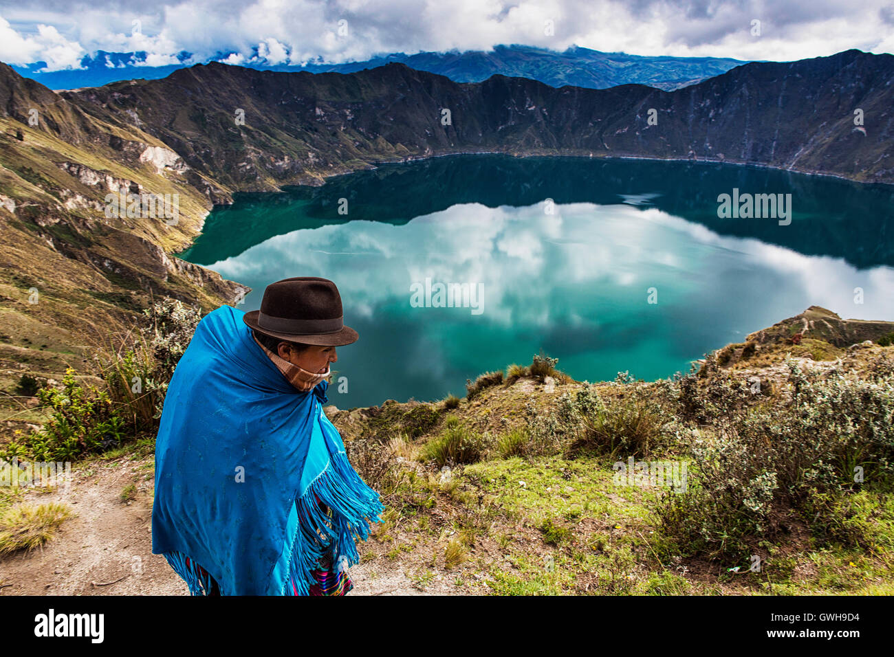 Quilotoa, Ecuador - Enero 27, 2014: la mujer ecuatoriana vistiendo ropas tradicionales caminando cerca del volcán Imagen De Stock