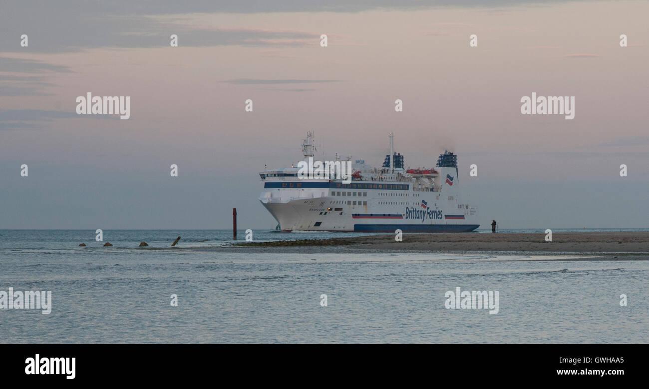 Brittany Ferries pasando Studland Barfleur, camino a Poole. Foto de stock