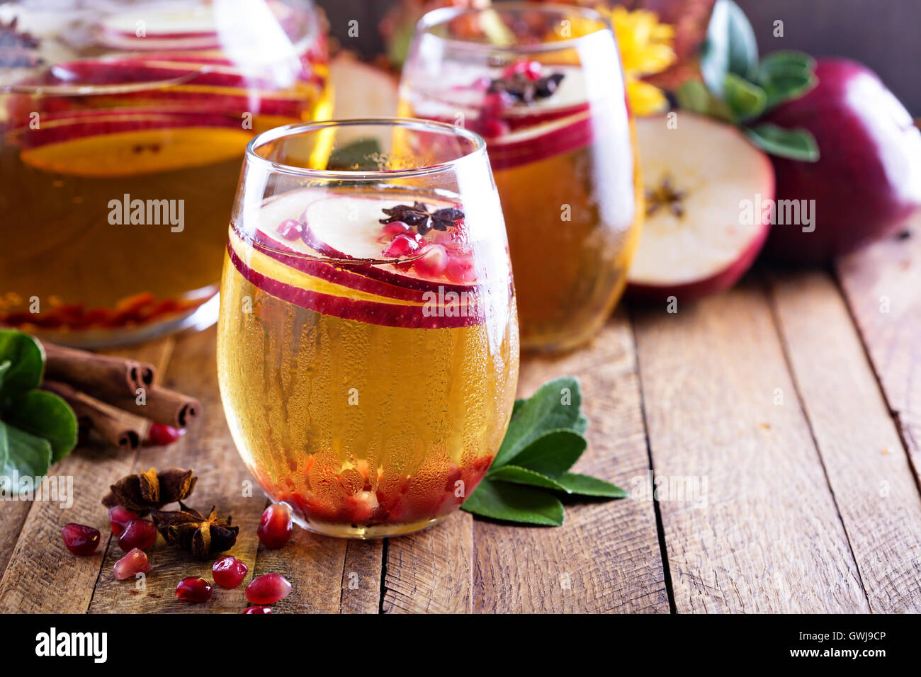 Caída bebida espumoso con la sidra de la manzana y la granada Foto de stock