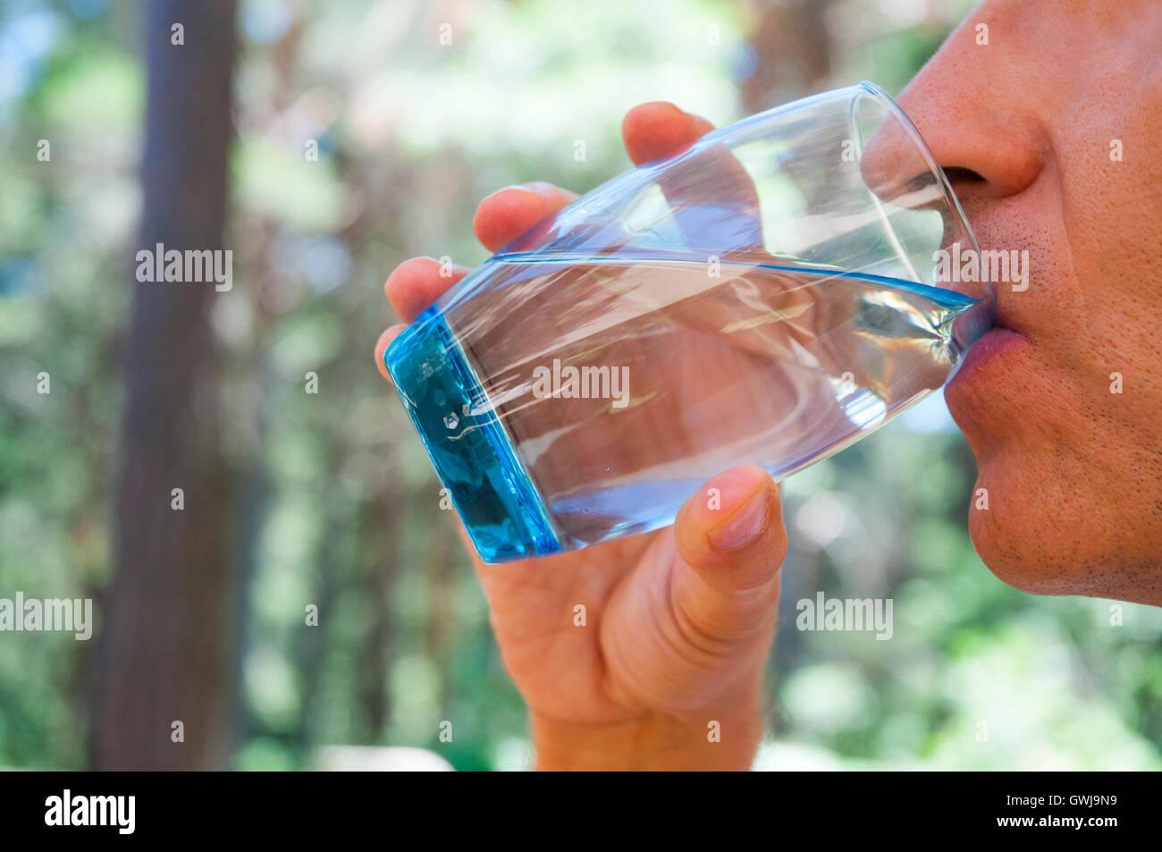 Hombre beber un vaso de agua. Cerrar vista. Imagen De Stock