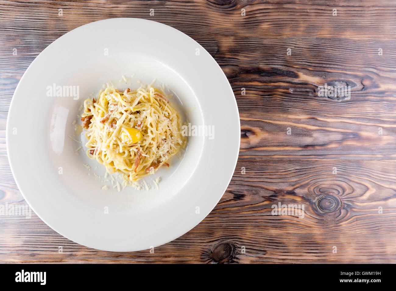 Pasta con huevo sobre fondo de madera. Imagen De Stock