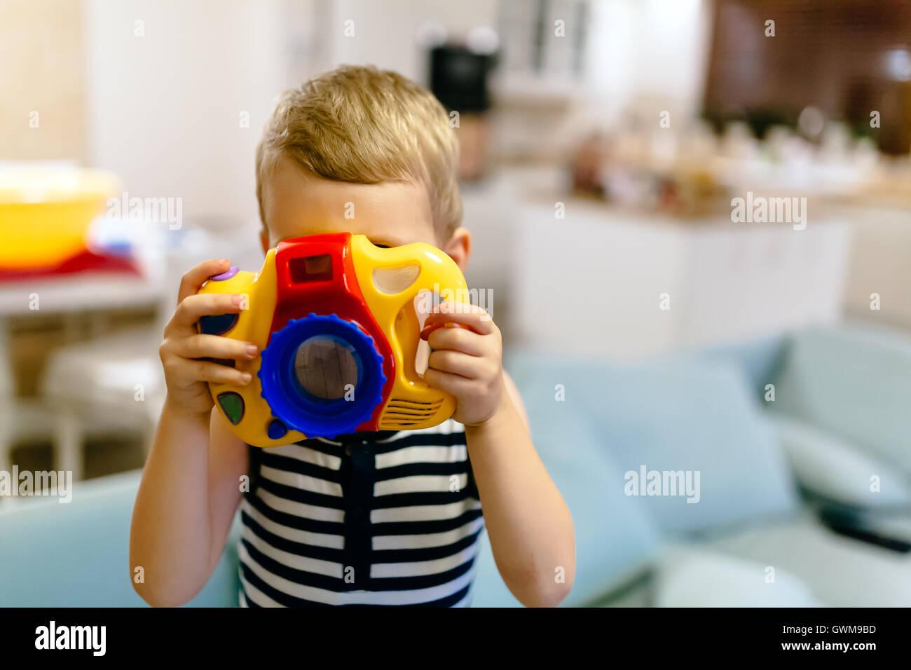 Chico lindo quiere convertirse en fotógrafo Imagen De Stock