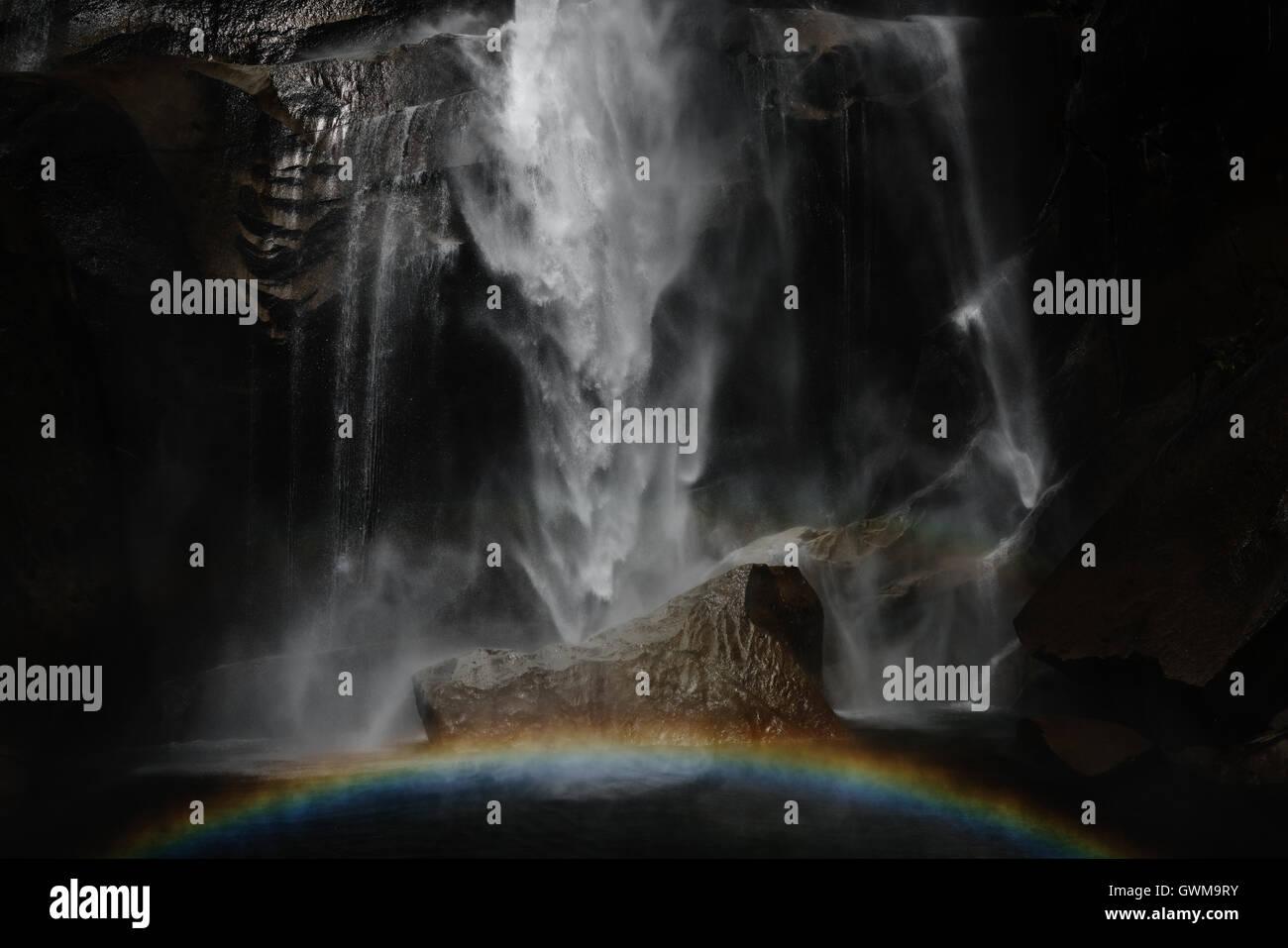 Un arco iris que se forma justo debajo del equinoccio cae en California Yosemite National Park Imagen De Stock