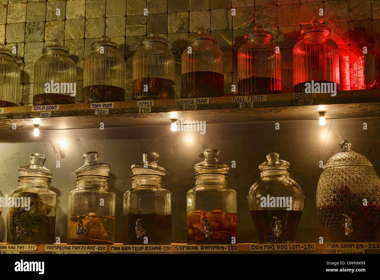 Frascos de ya dong (Tailandés alcoholes blancos con hierbas medicinales) en un bar en Bangkok, Tailandia Imagen De Stock