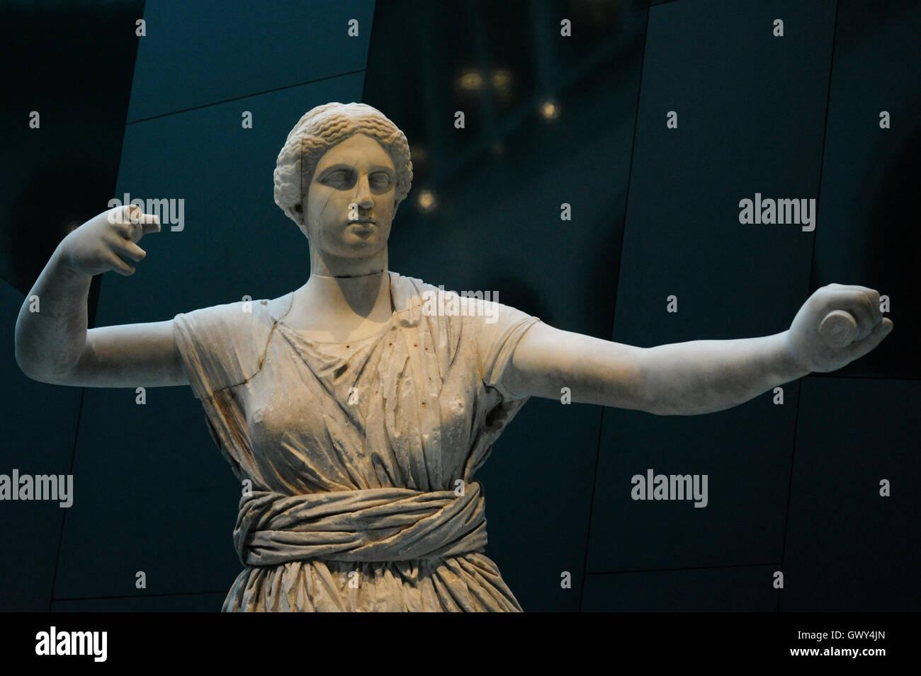 La estatua de la Diosa Artemis en la acción de disparar su arco. Detalle. Roman. Mármol. Reconstruido en el siglo Foto de stock