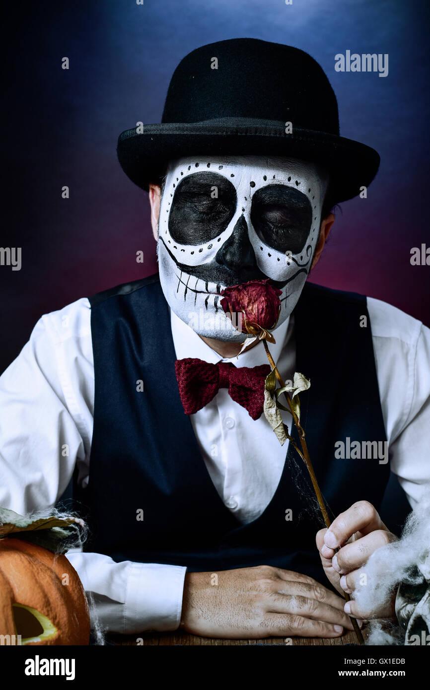 Un Hombre Con Calaveras Mexicanas Maquillaje Vestido Con Chaleco