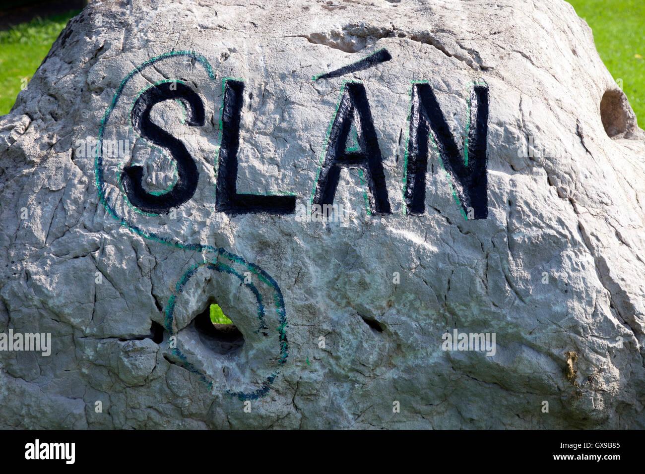 Slan - Adiós en irlandés, firmar en las afueras de Carrickmacross, Condado de Monaghan Imagen De Stock