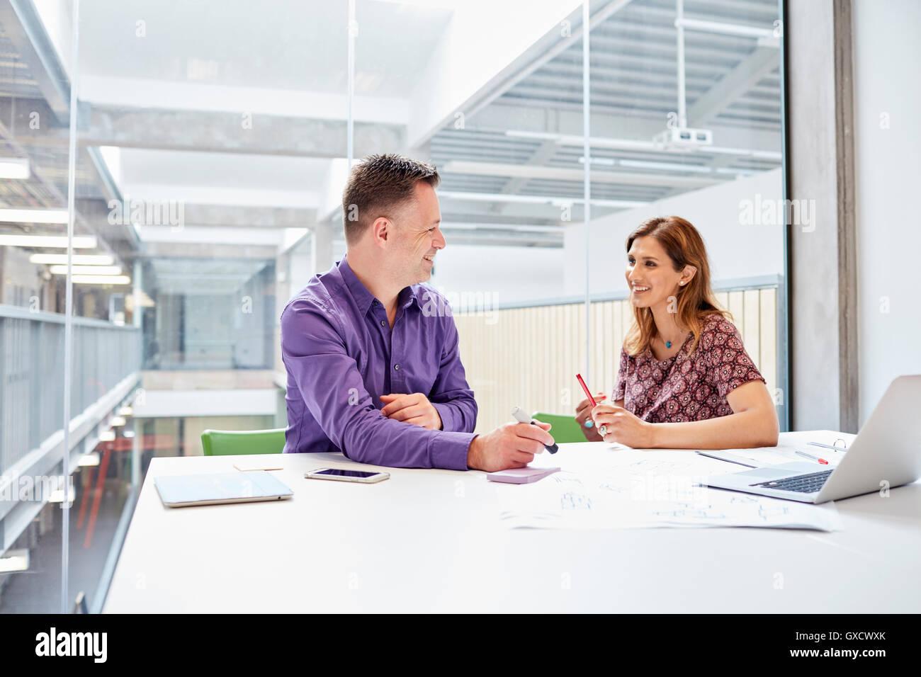 Reunión de diseñadores masculinos y femeninos en design studio Imagen De Stock