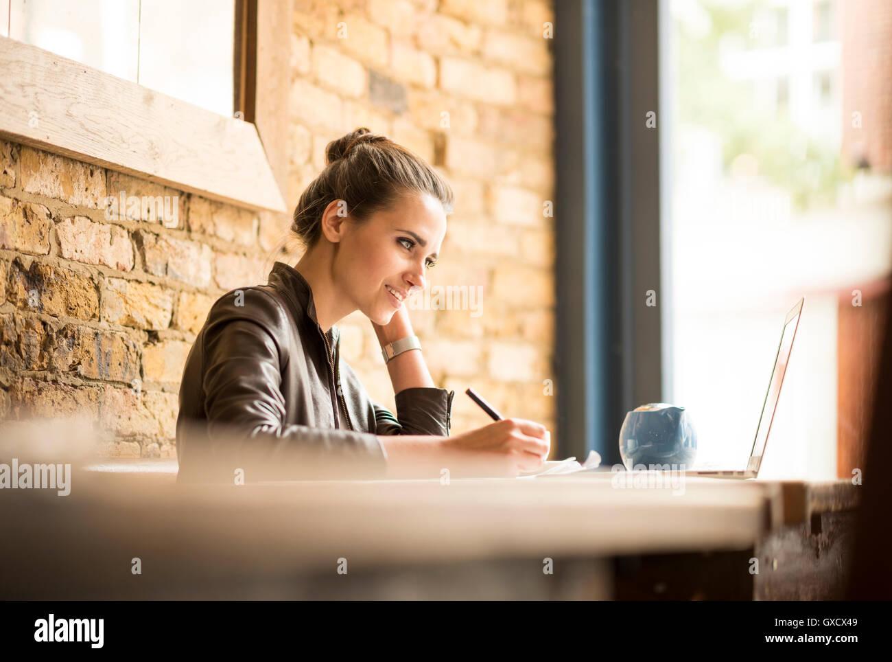Joven Empresaria haciendo notas de cafe Imagen De Stock
