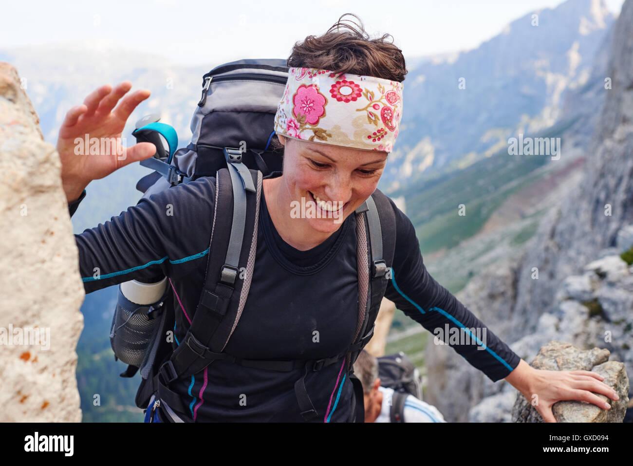 Mujer sonriente, montaña Senderismo en Austria Foto de stock