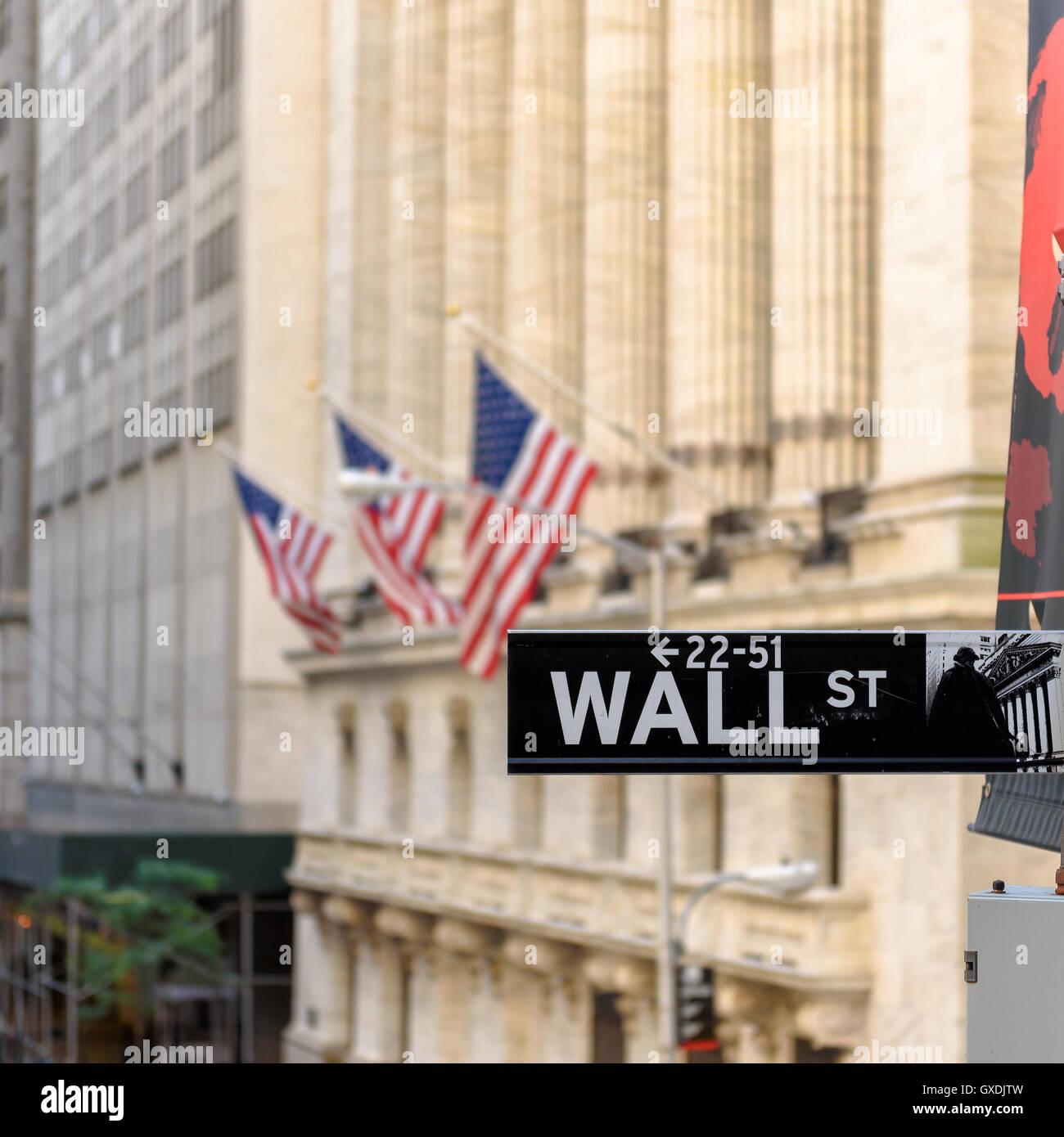 Signo de Wall Street en Nueva York con el fondo de la Bolsa de Nueva York Imagen De Stock