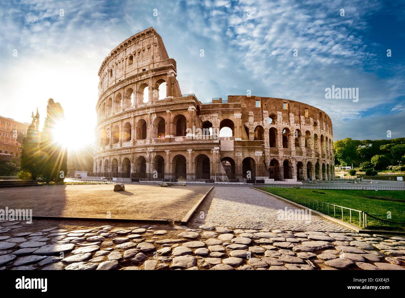 Coliseo de Roma y el sol de la mañana, Italia Imagen De Stock