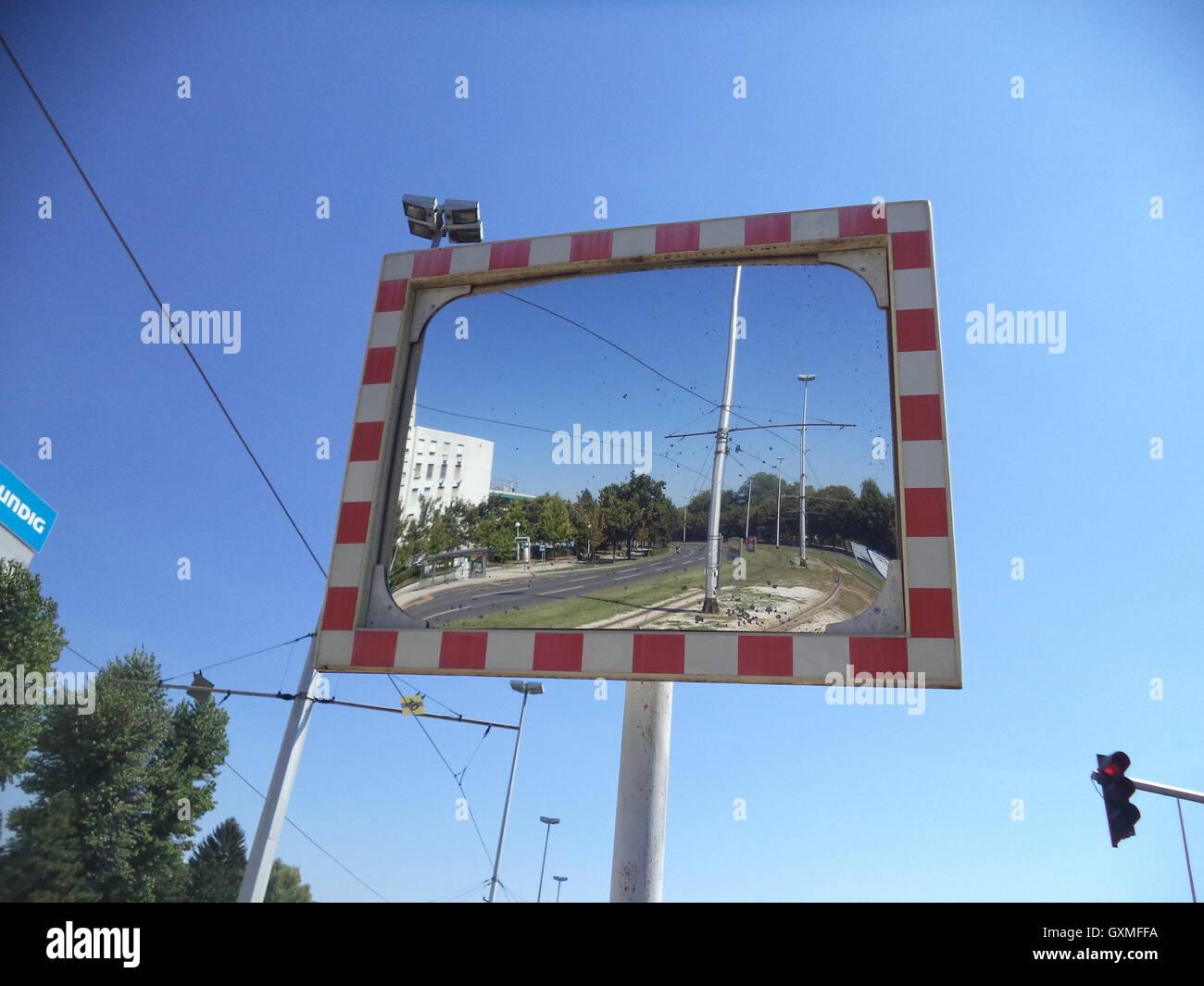 Espejo en una encrucijada, tráfico, fondos, texturas , espacio para escribir mensajes, imagen borrosa Imagen De Stock
