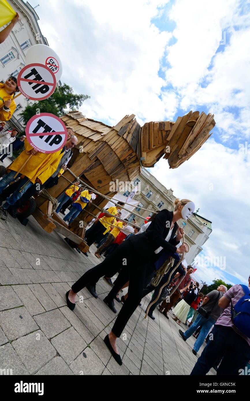 Viena, Austria. El 17 de septiembre de 2016. Manifestación masiva contra la planeada acuerdos comerciales con Canadá Foto de stock