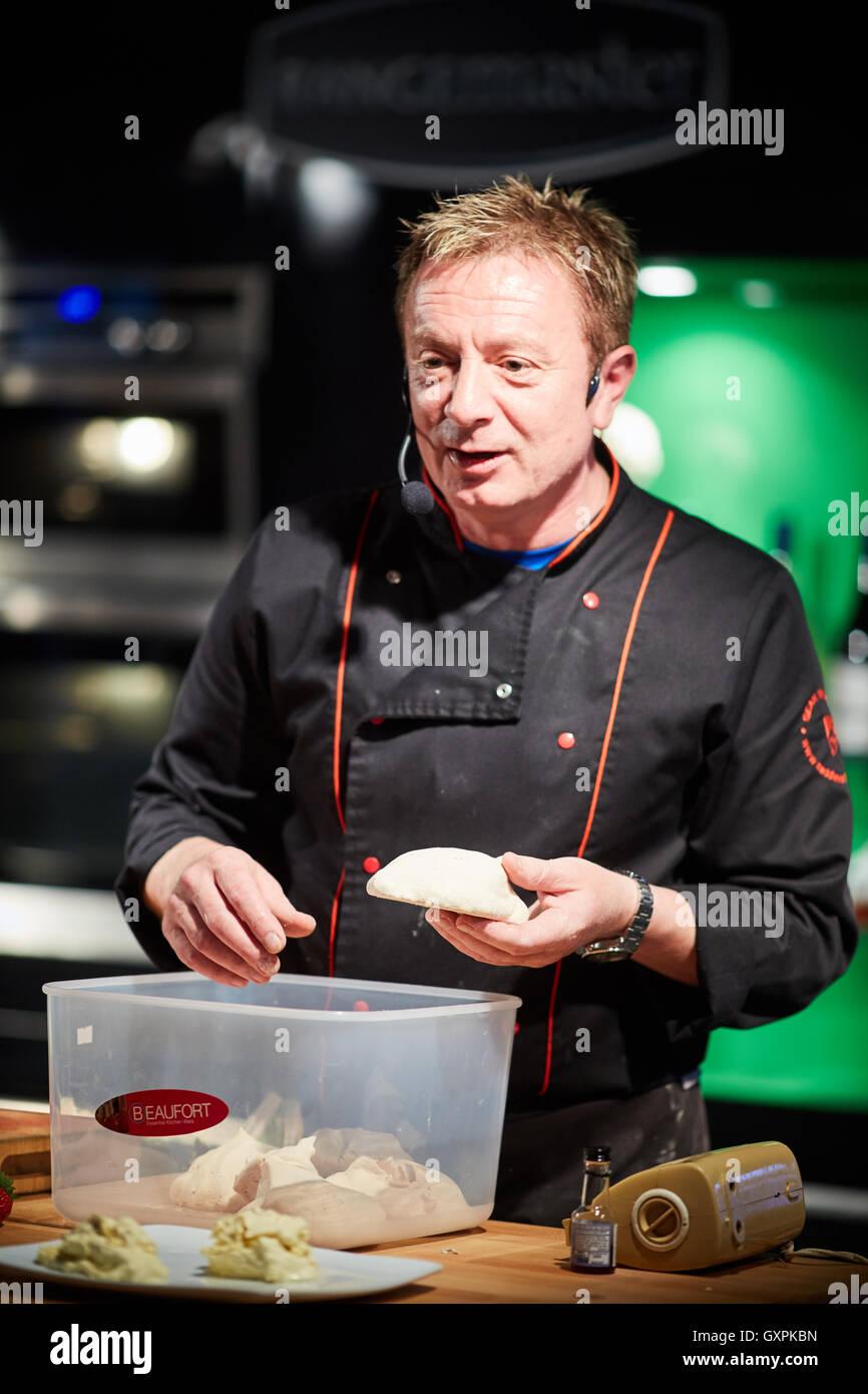 Festival de Comida y bebida en Bolton Chef y ex actor Coronation Street Corrie Martin Platt Sean Wilson ITV queso Imagen De Stock
