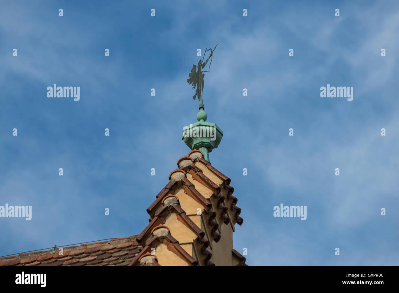 Tejado del ayuntamiento antiguo de Ratisbona con veleta Imagen De Stock