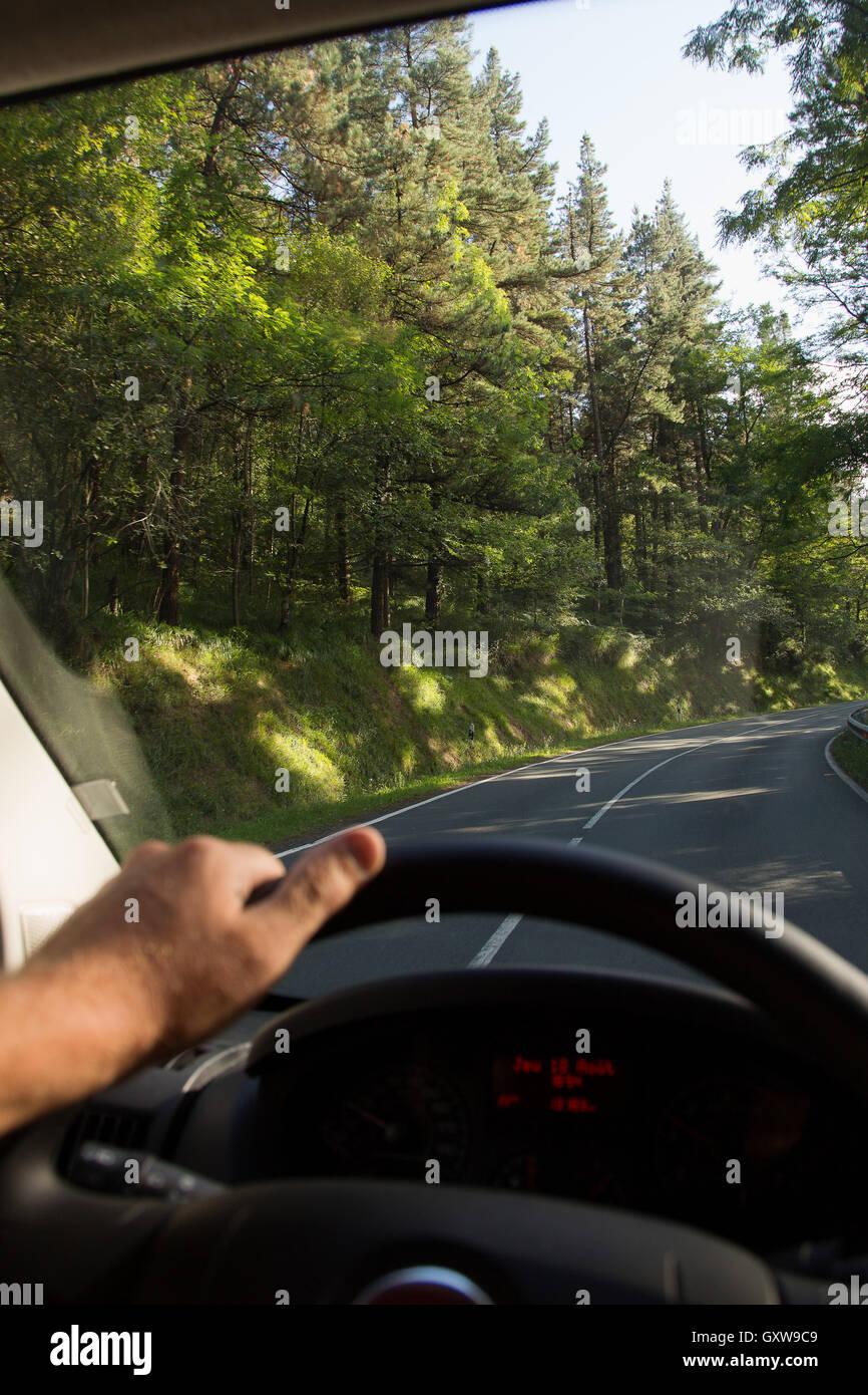 Conducción en carretera a través de los Pirineos, España Foto de stock
