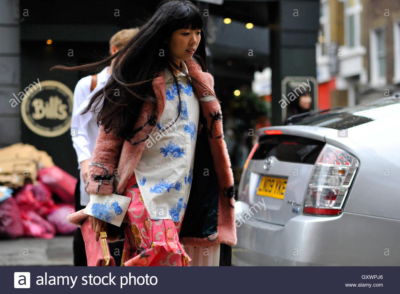 Blogger Style-Bubble periodista Susie Lau sobre Brewer street durante la Semana de la Moda de Londres SS17 FW16 Imagen De Stock