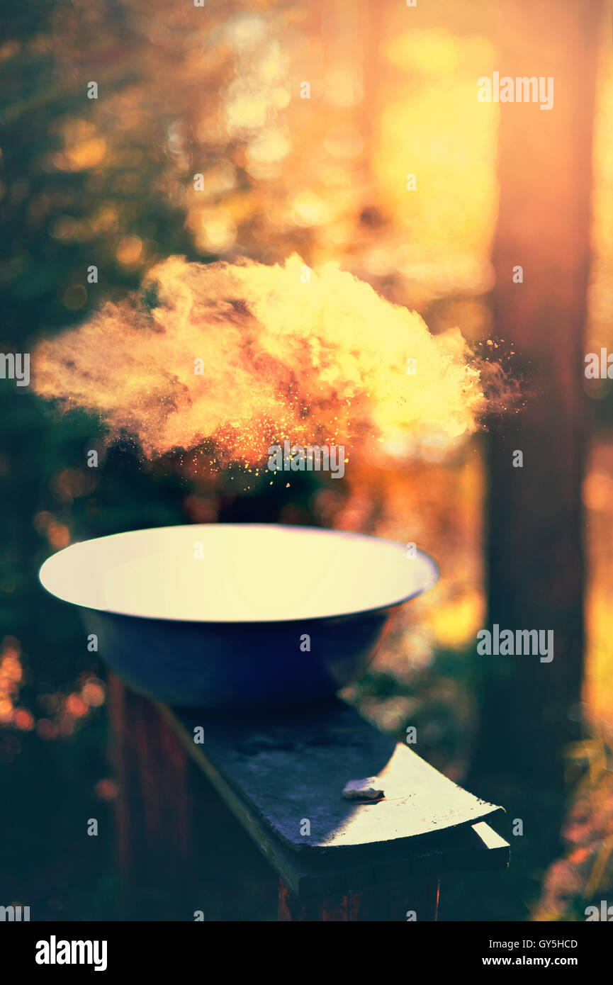 Camping la composición con un bawl en el banco de madera Foto de stock