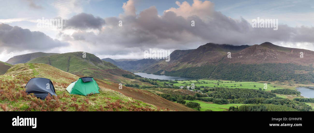 Dos carpas para un fin de semana de camping salvaje en Rannerdale Knotts con vistas Buttermere en el Lake District Foto de stock