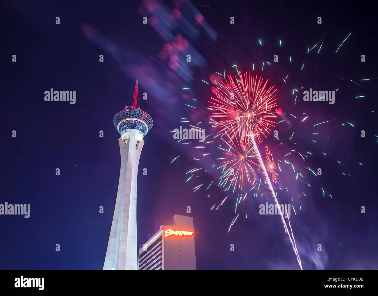 El Stratosphere Tower show de fuegos artificiales como parte de la celebración del 4 de julio en Las Vegas Foto de stock