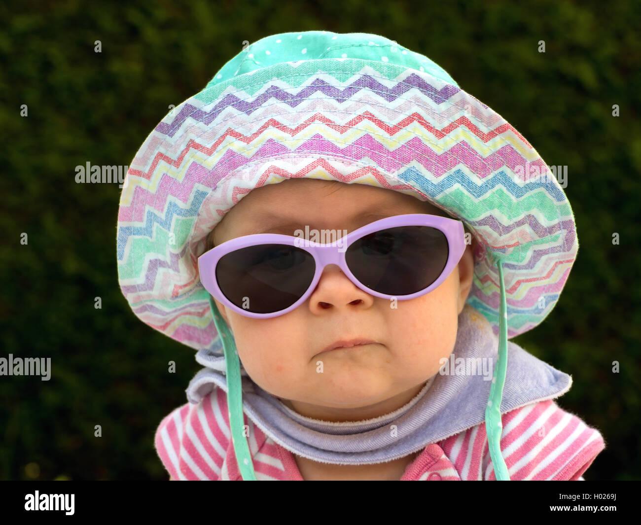 Bebe con sombrero para el sol y las gafas de sol en el calor del verano, Austria Foto de stock