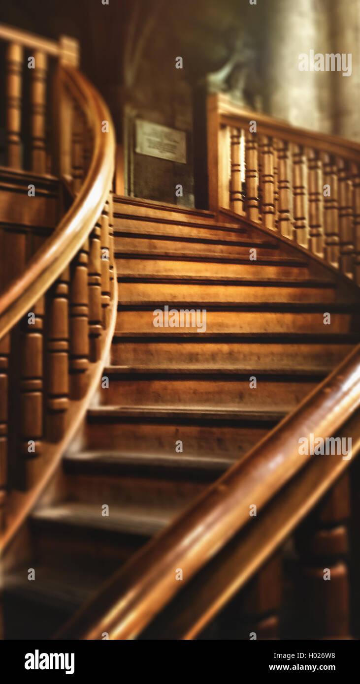 Hermosa y antigua escalera de madera en casa vieja Imagen De Stock