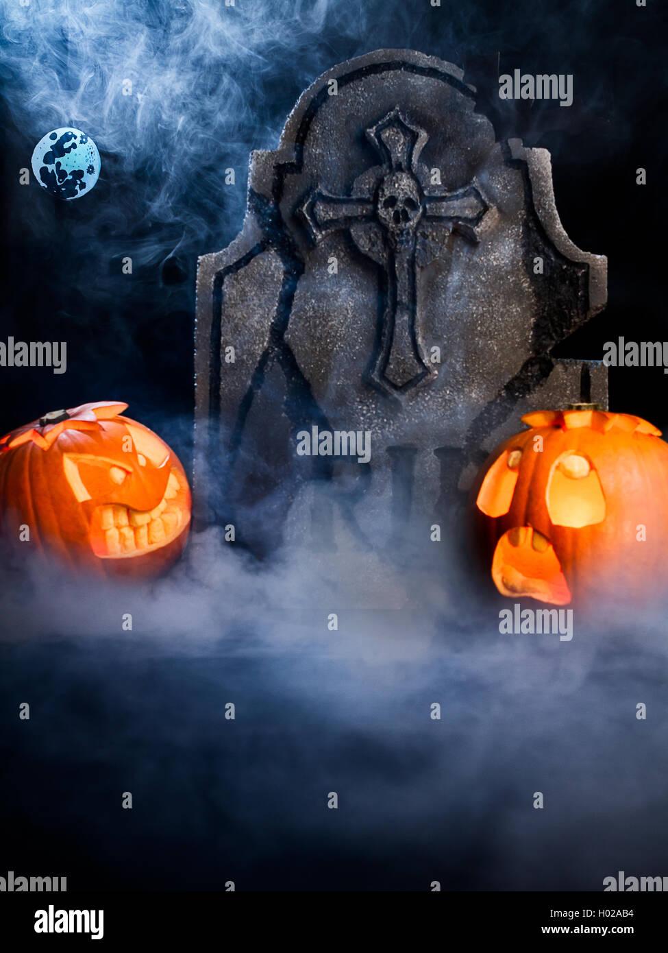 Enojo y miedo cara de Halloween calabazas con luna, desechar y bat de misty fondo oscuro. Foto de stock