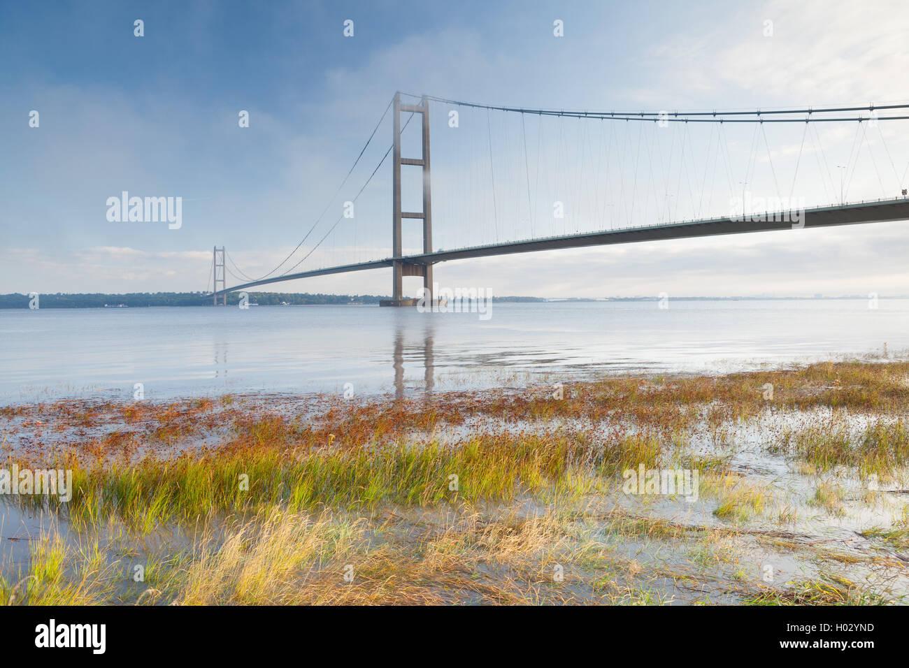 El Puente Humber en niebla y niebla. El puente que une Barton-upon-Humber en el norte de Lincolnshire a Hessle en Imagen De Stock