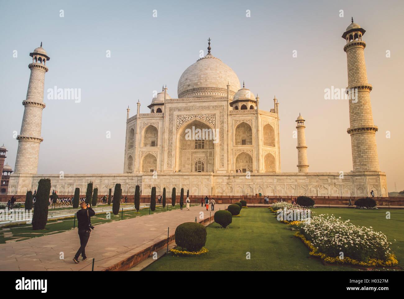 AGRA, India - 28 de febrero de 2015: Vista del Taj Mahal hacia el lado sur. Visitante con cámara. Post-procesado Imagen De Stock