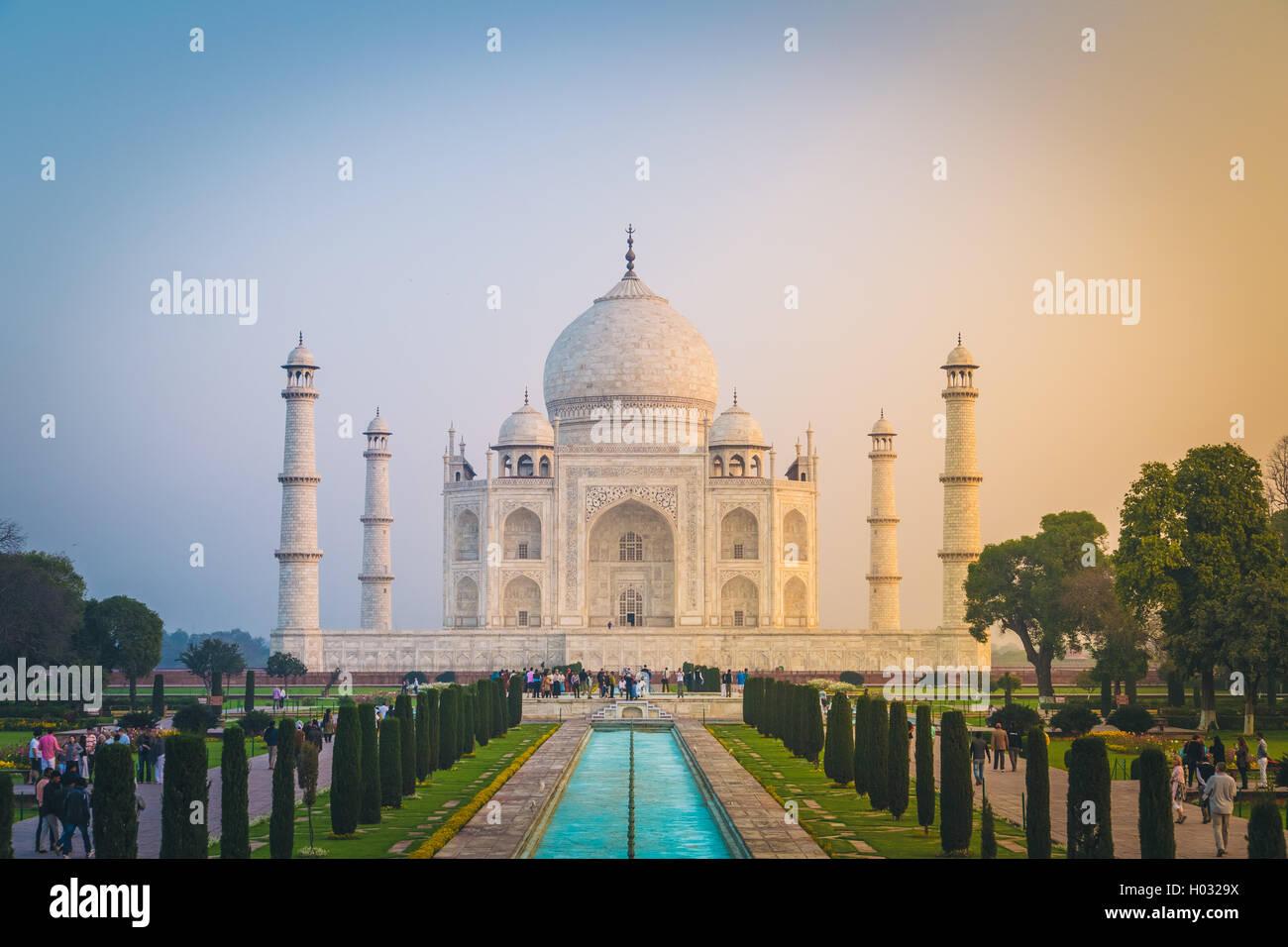 AGRA, India - 28 de febrero de 2015: Vista del Taj Mahal, en frente de la gran puerta. Lado Sur. Imagen De Stock